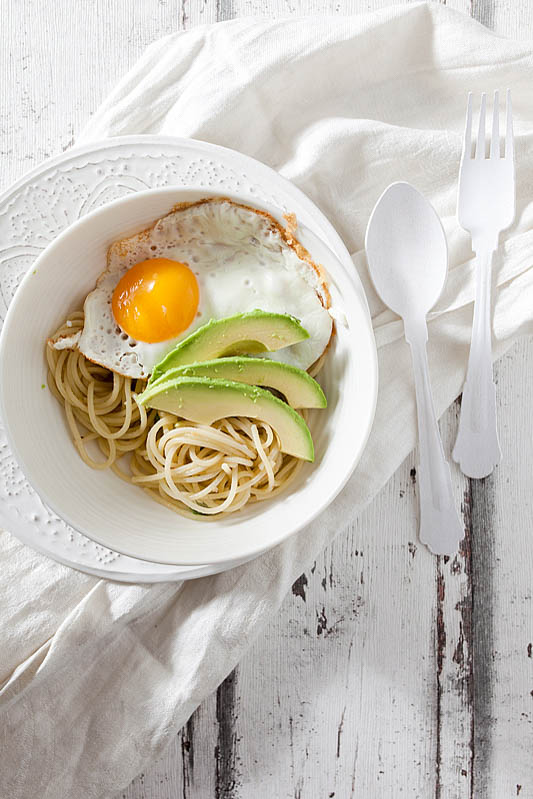 Pasta with Avocado, fried Egg and ginger