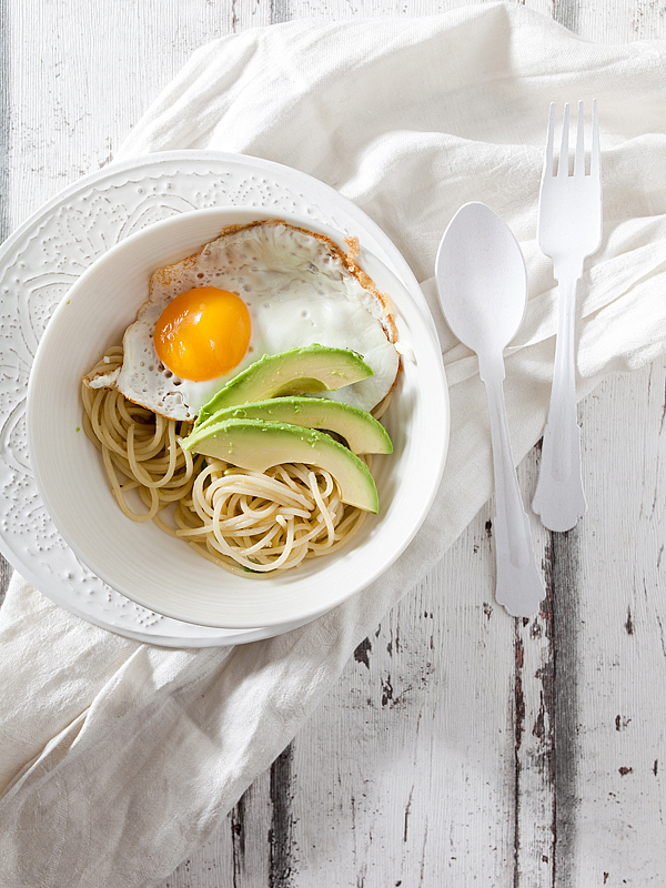 Let's be a bit minimalistic today and enjoy this immensely swift and feasible weekend dish. Spaghetti. Garlic. Onions, Ginger, Avocado. Fried egg. This meal is a keeper.