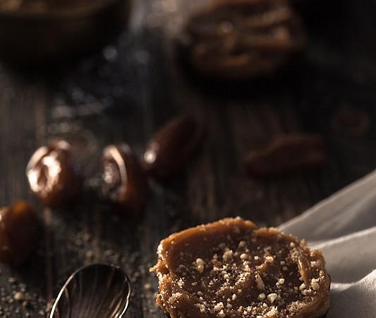 Veganes Dattel Brownie Rezept ohne Backen. Etwas gesund, viel Geschmack. Mit einem Erdnussbutter Ahornsirup Topping.