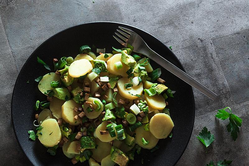 Veganer Kartoffelsalat, angelehnt an die traditionelle, deutsche Variante mit Brühe. Mit Räuchertofu und Avocado mit Kala Namak.