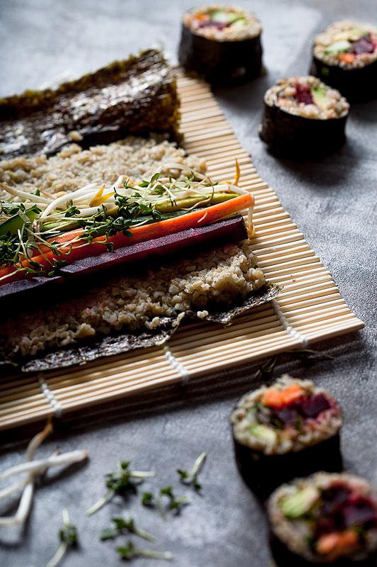 Veganes Grünkern Sushi ist eine leckere alternative zu dem klassischen Sushi aus weißem Reis. In dieser Rolle tümmeln sich unter Anderem rote Beete und Avocado.