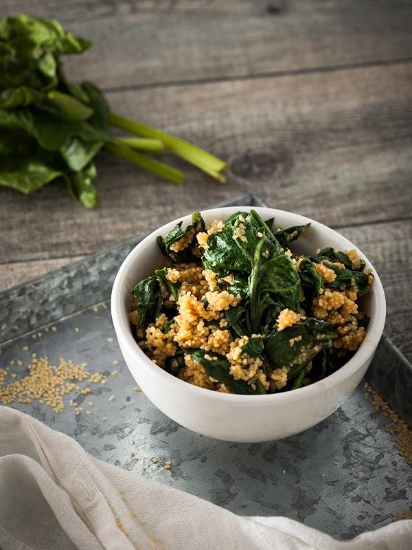 1 Topf, 5 Zutaten, kein Schnippeln, kaum Abwasch. Couscous mit Spinat und Erdnusssauce ist DAS Rezept wenn's mal schnell gehen muss. Rezept gibt's auf Purple Avocado.