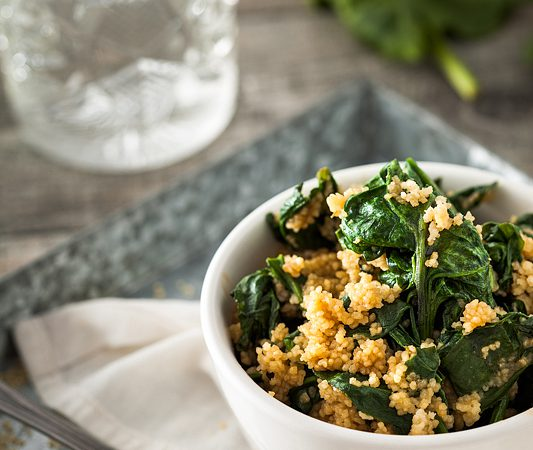 1 Topf, 5 Zutaten, kein Schnippeln, kaum Abwasch. Couscous mit Spinat und Erdnusssauce ist DAS Rezept wenn's mal schnell gehen muss. Rezept gibt's auf Purple Avocado
