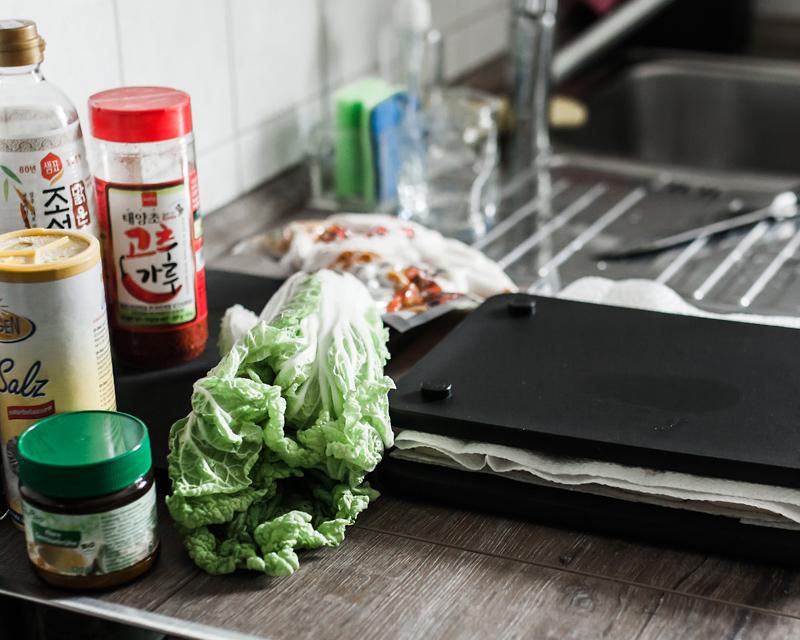 Dennis hat mir beigebracht, wie knuspriger Tofu in der Pfanne so richtig geil gelingt. Außerdem haben wir koreanischen Spinatsalat und Tteokbokki gemacht. Ein Fest! Food from Friends ist ein Projekt, dass sich der Freude am Kochen und Essen in Gesellschaft widmet. Von Zeit zu Zeit besuche ich liebe Menschen oder Fremde, die ich gerne kennenlernen möchte und zusammen bereiten wir ein Lieblingsgericht zu. Das Resultat unserer Mühen findest du dann in Form einer kleinen Geschichte mit Rezept auf Purple Avocado.