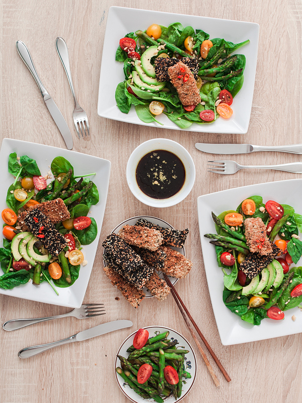 Together with Mimirosefoodlove I made delicious fish sticks in a sesame crust on a summery salad with spinach, asparagus, avocado and tomatoes with a soy rice dressing and matcha cupcakes with coconut cream and berries. Find the recipe for the salad on Purple Avocado and the cupcakes on Mimirosefoodlove.