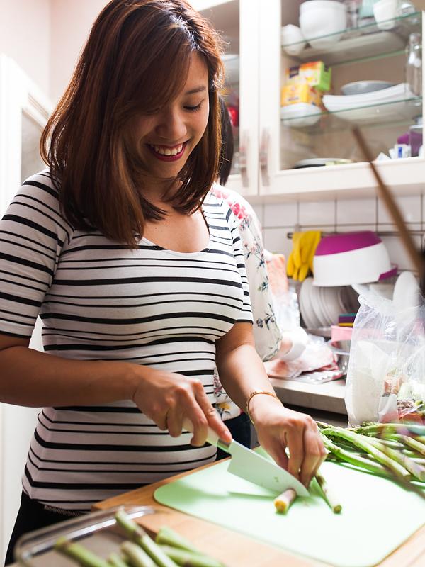 Leckere Fischstäbchen im Sesam-Mantel auf Salat und Matcha Cupcakes mit Kokossahne sind bei der gemeinsamen Koch-Action mit Mimirosefoodlove entstanden. Rezept für den Salat gibt es auf Purple Avocado, die Cupcakes bei Mimi und Rose.Leckere Fischstäbchen im Sesam-Mantel auf Salat und Matcha Cupcakes mit Kokossahne sind bei der gemeinsamen Koch-Action mit Mimirosefoodlove entstanden. Rezept für den Salat gibt es auf Purple Avocado, die Cupcakes bei Mimi und Rose.