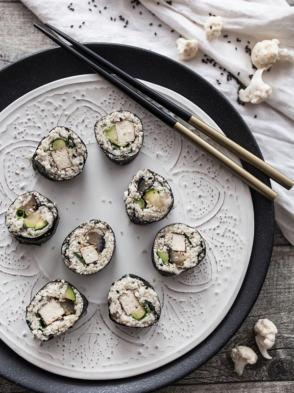Blumenkohlreis ist die kalorienarme Low-Carb Alternative zu konventionellem Sushi und schmeckt herrlich leicht (und so gar nicht nach Blumenkohl). Wer, so wie ich, von Sushi nicht genug bekommt, sollte Blumenkohl Sushi unbedingt mal ausprobieren. Rezept auf Purple Avocado
