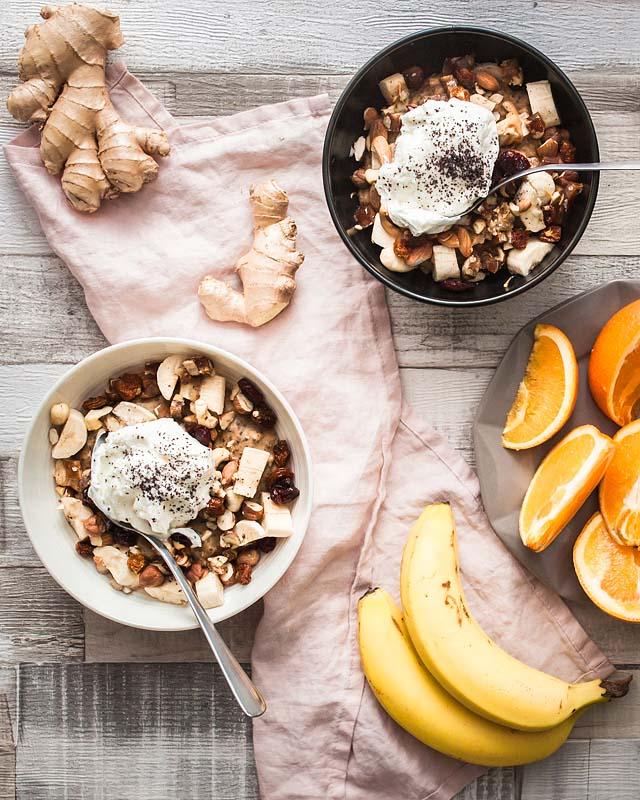 Frühstück sollte die wichtigste Mahlzeit des Tages werden. Mit dem Frühstück holt ihr euch die nötige Energie für einen produktiven und erfolgreichen Tag. Dieser Guide fasst für euch die Grundlagen einer gesunden Frühstücks Routine zusammen und erklärt wie man solche boss ass breakfast bowls hinbekommt. Foodstyling und Food Photography von Sabrina Dietz / Purple Avocado
