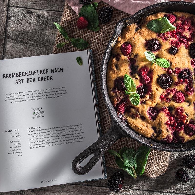 """Ein ursprüngliches Rezept für veganen Beeren-Auflauf oder Beerenkuchen frei nach einem Rezept aus dem """"Ethno Kochbuch"""" von Karolina Przybylska."""