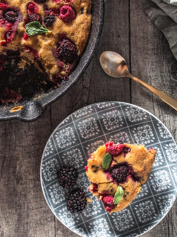 """Ein ursprüngliches Rezept für veganen Beeren-Auflauf oder Beerenkuchen frei nach einem Rezept aus dem """"Ethno Kochbuch"""" von Karolina Przybylska"""