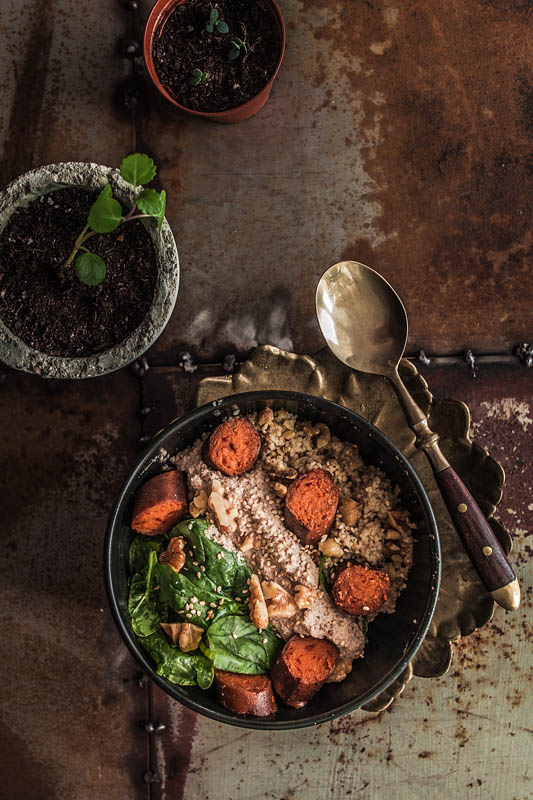 Spinatsalat mit Sesam-Tofu und einer süß-salzigen Nuss-Sauce aus allerlei Nüssen. Ein Küchen-Quickie von Purple Avocado