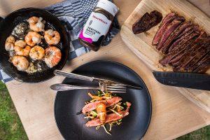 Ein Rezept für den Sommer und laue Grill-Abende: Leichter, knackiger Sprossen Salat à la Surf and Turf mit Garnelen und Flank Steak vom Grill. Foodstyling und Foodfotografie von Purple Avocado