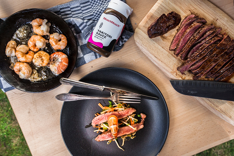 A summer recipe for hot barbecue evenings: a light and crips soy sprouts salad à la surf'n'turf with prawns and flank steak from the grill. Food styling and food photography by Purple Avocado.
