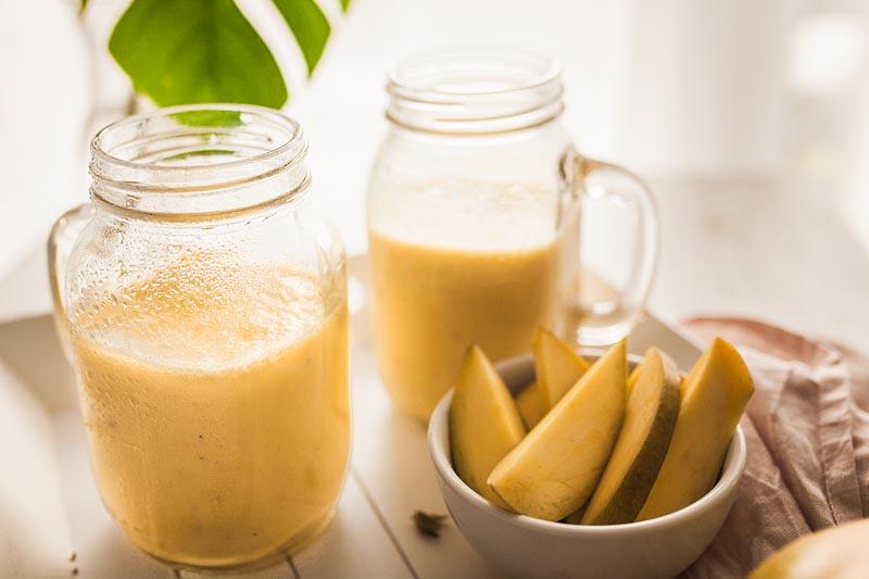Das perfekte Sommer-Rezept oder der Begleiter zu scharfem Essen - der Mango Lassi, der indische Joghurt Drink ist im Nu gemacht (auch vegan)