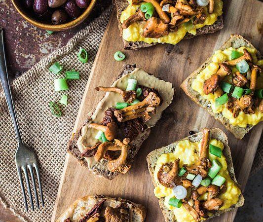 Ob zum Frühstück, Brunch oder Mittag – Diese Pfifferling Stullen mit Rührei getrockneten Tomaten und Cashewbutter bringen eure Geschmacksnerven ins Taumeln. Pfifferling Rezept und Foodstyling von Purple Avocado / Sabrina Dietz