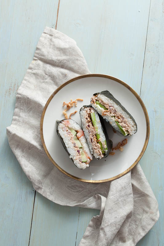 Recipe for Onigirazu, japanese rice sandwiches, with a spicy tuna mayonnaise filling and an illustrated folding instruction. Recipe by Purple Avocado / Sabrina Dietz #recipe #recipes #foodphotography #foodstyling #japanese #sushi #onigiri #onigirazu #sandwiches
