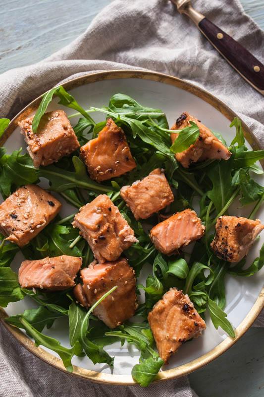 Lachs-Würfel mit süßer Asia-Sesam-Marinade aus dem Indoor Steakreaktor Beefer Oberhitzegrill von Klarstein.