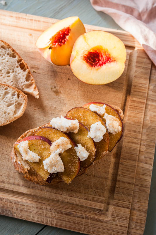 Pean goat cheese baguette with tahini from the indoor beefer / steakreaktor. BBQ Recipe