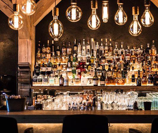 Die Bar in der Brasserie Hygge des Restaurants Flottbek, Hamburg. Restaurant Guide Hamburg
