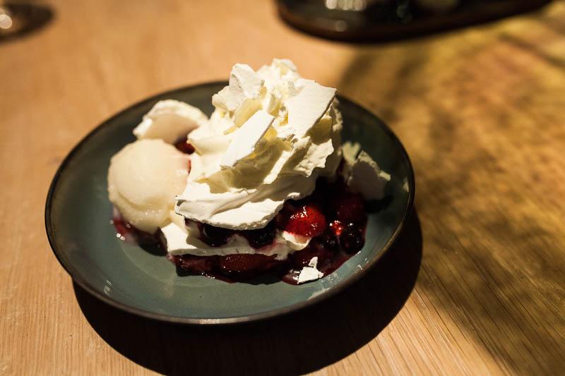 Pavlova Dessert im Hygge. Restaurant Guide Hamburg