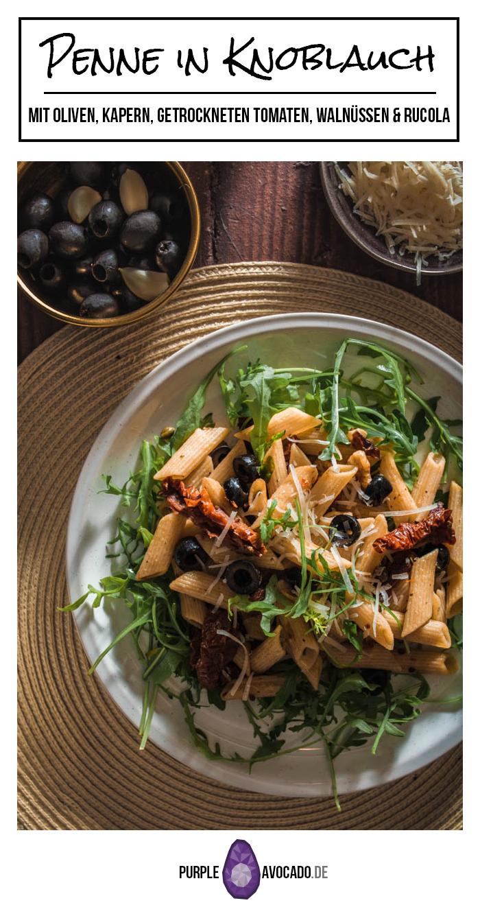Penne, Oliven, Kapern, getrocknete Tomaten, Walnüsse, frischer Rucola und ganz viel Knoblauch - dieses Pasta-Gericht setzt sich aus ganz einfachen Basics zusammen. Und während wir auf Basic Bitches nicht so abfahren, profitiert unser Rezept definitiv von seiner Schlichtheit. #rezept #nudeln #pasta #italienisch #mediterran #sommer #italien