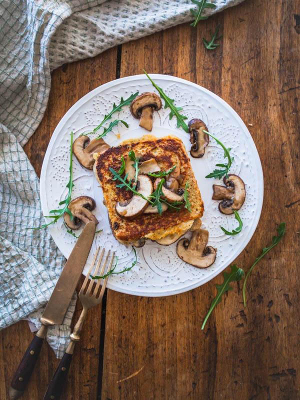 Herzhafte French Toasts? Ja, das geht und steht der süßen Version um nichts nach! Mit Champignons, Käse und etwas Cashewbutter wird es so richtig schön deftig und umami beim Sonntagsfrühstück. #frühstück #frenchtoast #vegetarisch