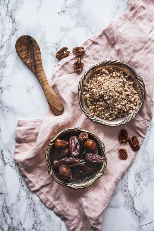 Recipe for no-bake chocolate cake with peanut butter and cashews. Raw vegan, no added sugars or flour. #rawvegan #vegan #vegetarian #nobake #baking