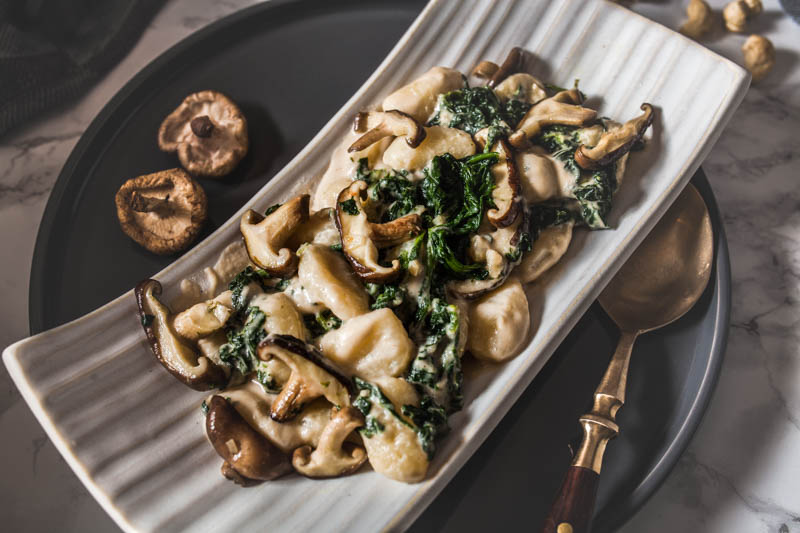 Vegan Cashew Sauce Recipe. Only 5 ingredients, vegan and ready in 15 minutes. We're adding gnocchi, garlicky spinach and fresh shiitake mushrooms to make this the most comforting pasta dish. #vegetarian #noodles #pasta #sauce #cashews