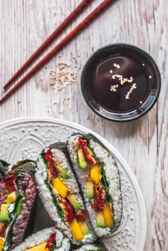 Onigirazu Rezept mit Video-Anleitung und vielen Ideen für weitere Füllungen. #vegetarisch #vegan #pescetarisch #sushi #sandwiches #reis #onigiri