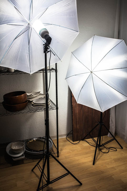 The best food photography lighting kit for beginners. 2 umbrellas, light stands and lamps.