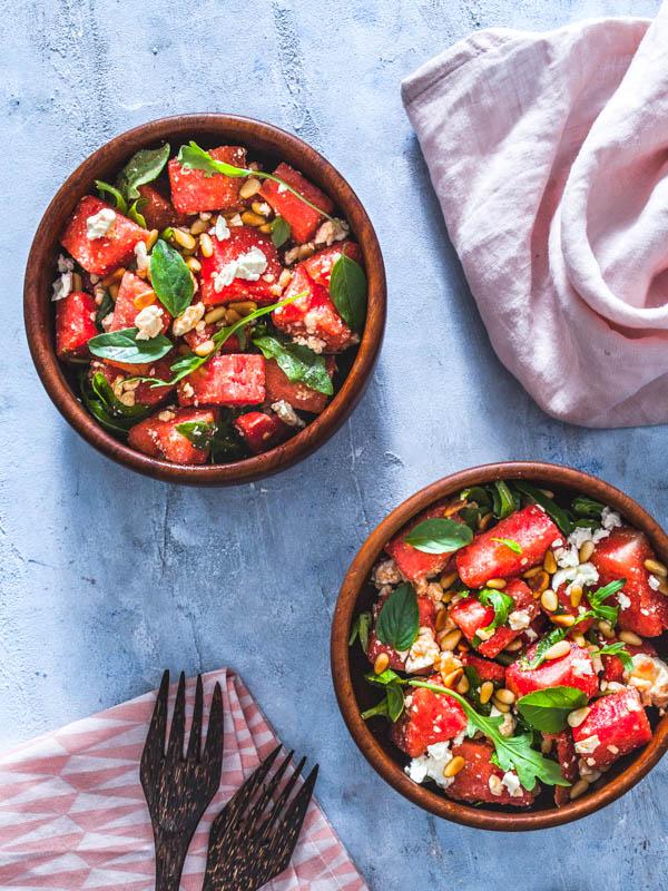 Der perfekte, erfrischende Sommersalat: Wassermelonen Feta Salat mit Basilikum und Pinienkernen. Auch vegan #sommersalat #sommer #salat #ideen #inspiration #vegan #vegetarisch