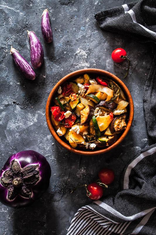 Warmer Antipasti Auberginensalat mit Zucchini, Kartoffeln und Feta. Rezept auf Purple Avocado. #foodstyling #foodphotography #dark #rezept