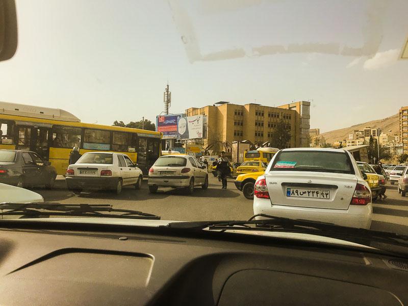 Eine ganz normale Verkehrssituation im Iran (Schiras)