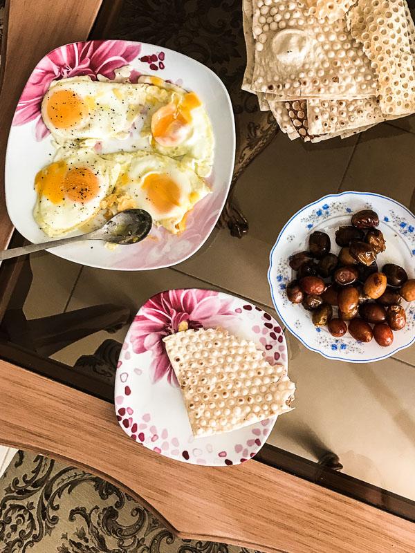 Frühstück im Iran mit Spiegelei, Datteln und Brot