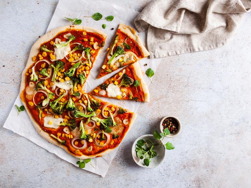 Vegetarische Pizza auf hellem, texsturierten Untergrund. Ein Vinyl Backdrop von PA Backdrops