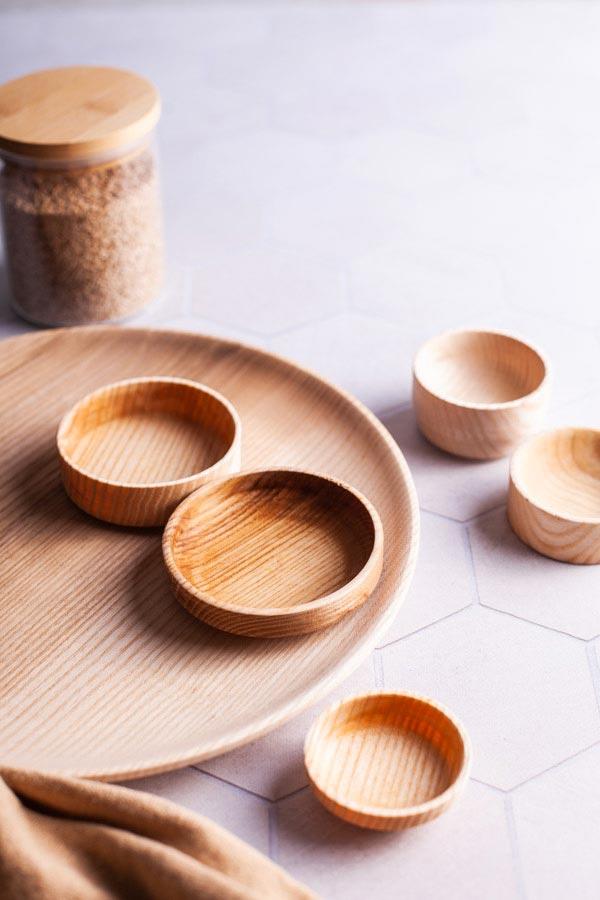 Produktfoto von hellen Holzschüsseln und einem Teller auf Fotountergrund von PA Backdrops
