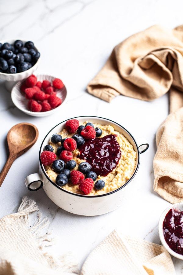 Frühstücks Bowl mit Beeren und Haferbrei auf einem weißen Marmoruntergrund von PA Backdrops