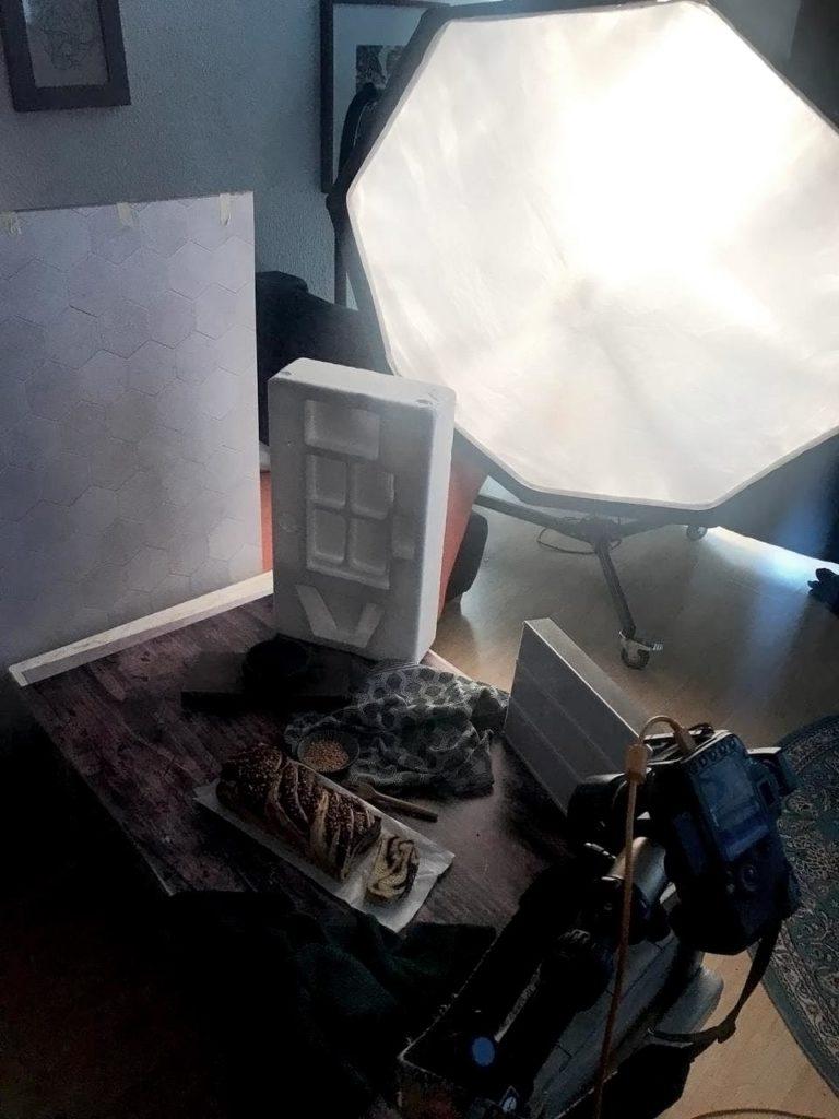 Behind the scenes - Lichtsetup für Moody Food Photography. Mit Blöcken wird das Licht partiell geblockt, um eine düstere Stimmung zu erzeugen