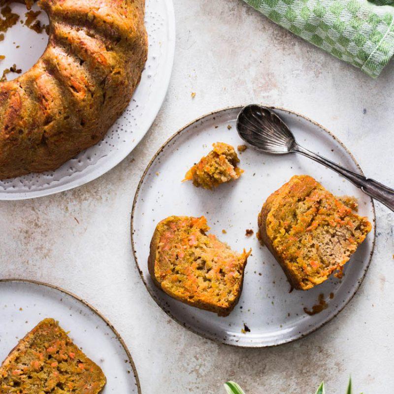 Foto von ZItronen Karotten Kuchen, fotografiert mit 35mm Sigma Art. Die besten Food Fotografie Objektive
